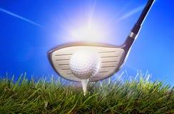 Club de golf y bola en hierba Imagenes de archivo