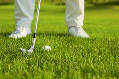 Club de golf y bola en hierba Foto de archivo