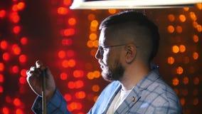 Club de los billares Un hombre en la chaqueta azul que frota una tiza en la señal almacen de metraje de vídeo