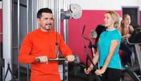 Club de santé actif de formation d'haltérophilie de personnes Images stock