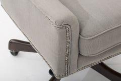 Club de sofa de chaise de club de sofa, chaise de club tuft?e de tissu beige l?ger, chaise de bras de salon de style, image libre de droits