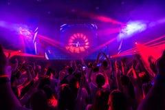 Club del disco con DJ en la etapa Fotos de archivo libres de regalías