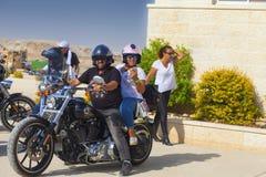 Club del motociclista su un viaggio nel deserto di Judean Fotografia Stock