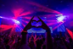 Club di ballo con la siluetta del cuore dalle mani Immagine Stock
