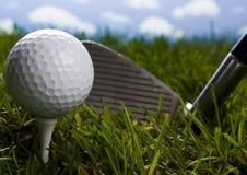 Club di golf con la sfera su un T immagini stock libere da diritti