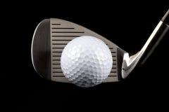 Club di golf e palla da golf su un fondo nero Fotografia Stock