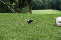 Club di golf e palla da golf nel campo da golf Fotografia Stock Libera da Diritti