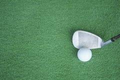 Club di golf e palle da golf su erba artificiale verde al golf Fotografia Stock