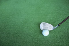 Club di golf e palle da golf su erba artificiale verde al golf Fotografie Stock Libere da Diritti