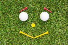 Club di golf e sfera in erba immagini stock