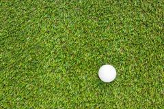 Club di golf e sfera in erba fotografie stock