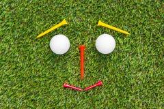 Club di golf e sfera in erba immagine stock libera da diritti