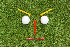 Club di golf e sfera in erba fotografie stock libere da diritti