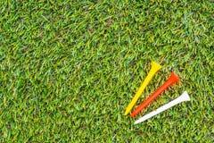 Club di golf e sfera in erba immagine stock