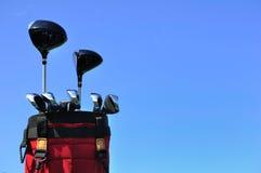 Club di golf in un sacchetto rosso Fotografie Stock Libere da Diritti