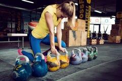 Club di Kettlebell La ragazza sta preparandosi per fare un allenamento con i pesi, spinge il ciclo lungo Fotografia Stock Libera da Diritti