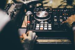 Club DJ die mengt muziek op vinyldraaischijf bij partij spelen royalty-vrije stock foto