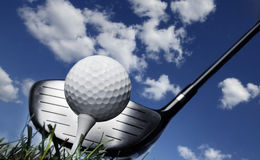 Club et bille de golf dans l'herbe Photographie stock