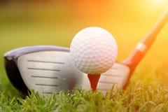 Club et bille de golf dans l'herbe Photo libre de droits