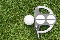 Club et bille de golf dans l'herbe image stock