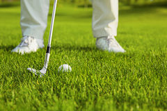 Club et bille de golf dans l'herbe Photo stock