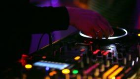 Club: Het spelen van DJ op draaischijven stock video