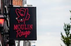 Club le Moulin rouge dans le secteur de lumière rouge Images stock