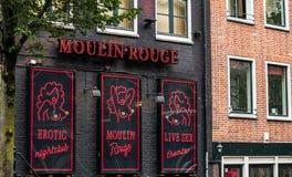 Club le Moulin rouge dans le secteur de lumière rouge Photo stock