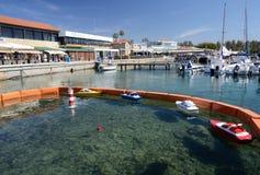 Club náutico de Paphos con los barcos y el simulador amarrados del entrenamiento del capitán Imágenes de archivo libres de regalías