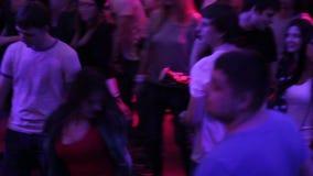 Club nocturno, baile público de la barra, hablando, disfrutando de la buena atmósfera almacen de metraje de vídeo