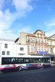 Club nocturno del hipódromo de Colchester con el autobús en primero plano imagen de archivo libre de regalías