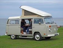 Club que viaja del vintage de Volkswagen costero imagen de archivo