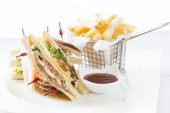 Club Sandwich Käse, Cucmber, Tomate, Kopfsalat und Pommes-Frites Stockfotografie