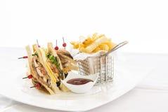 Club Sandwich mit Käse, Cucmber, Tomate, Kopfsalat und Franzosen Lizenzfreie Stockbilder