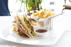Club Sandwich mit Käse, Cucmber, Tomate, Kopfsalat und Franzosen Stockfoto