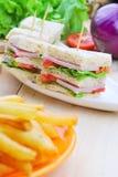 Club Sandwich mit Käse, in Essig eingelegter Gurke, Tomate und Schinken kaimanfisch Stockbild