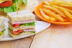 Club Sandwich mit Käse, in Essig eingelegter Gurke, Tomate und Schinken kaimanfisch Lizenzfreie Stockfotografie