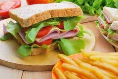 Club Sandwich mit Käse, in Essig eingelegter Gurke, Tomate und Schinken kaimanfisch Stockfoto