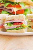 Club Sandwich mit Käse, in Essig eingelegter Gurke, Tomate und Schinken kaimanfisch Stockfotografie