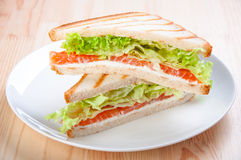 Club Sandwich mit Lachsen, Käse, Kopfsalat Lizenzfreie Stockfotografie