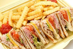 Club Sandwich u. Pommes-Frites Lizenzfreies Stockfoto