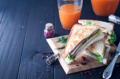 Club Sandwiche auf hölzernem Hintergrund Stockfoto