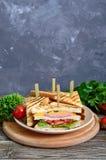 Club-Sandwiche mit knusperigem Toast, Wurst, Käse, Tomate, Grüns stockbild