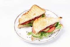 Club Sandwiche mit Salami, Tomaten, Gurke und Kopfsalat Lizenzfreie Stockfotos