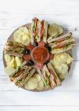 Club Sandwiche und Kartoffelchips Stockbild