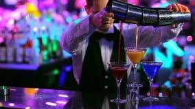 Club : un barman verse les cocktails colorés 3 verres immédiatement banque de vidéos
