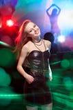 Clubber die en camera met glimlach dansen bekijken royalty-vrije stock foto