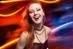Clubber die en camera met glimlach dansen bekijken stock foto