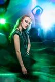 Clubber Tanzen und Betrachten der Kamera Stockbilder