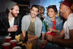 Clubbers con la cerveza Imágenes de archivo libres de regalías